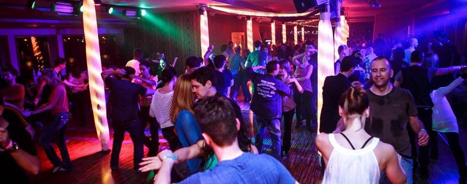 Sok boldog ember west coast swinget táncol a Budafest buli hajón