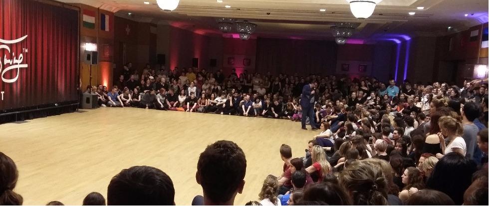 Az mc felkészíti a táncos nézőket a nagy west coast swing pro showra Budafesten