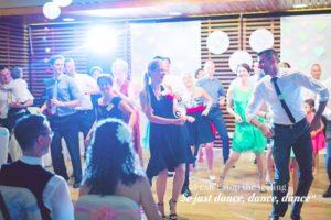 Boldog táncosok west coast swinget táncolnak egy esküvőn