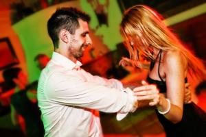 West coast swinget táncol egy pár egy esküvőn