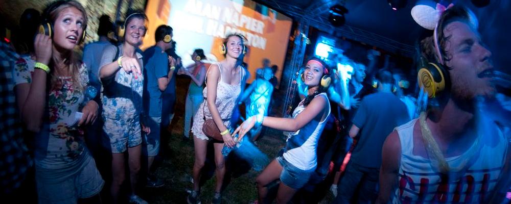 Emberek táncolnak a saját zenéjükre